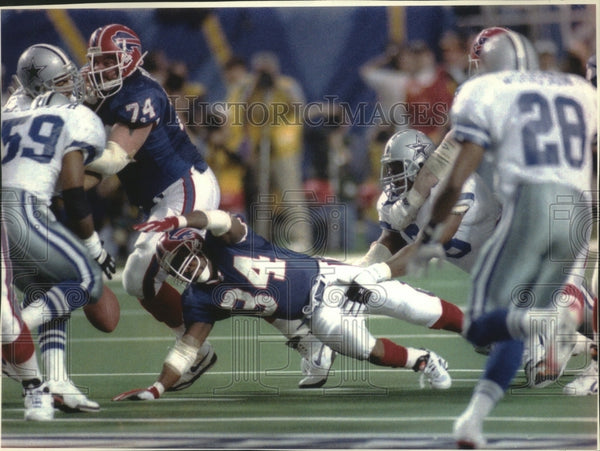 1994 Press Photo Buffalo Bills running Back Thurman Thomas (34) lunges for ball - Historic Images