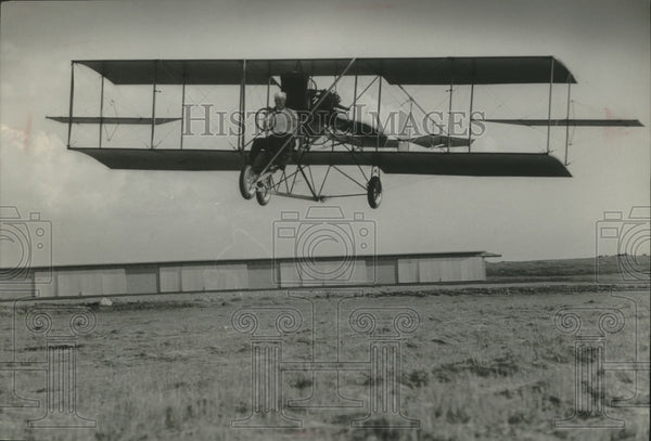 1966 Press Photo Dale Crites got his 1912 Curtiss Pusher biplane off the Ground. - Historic Images
