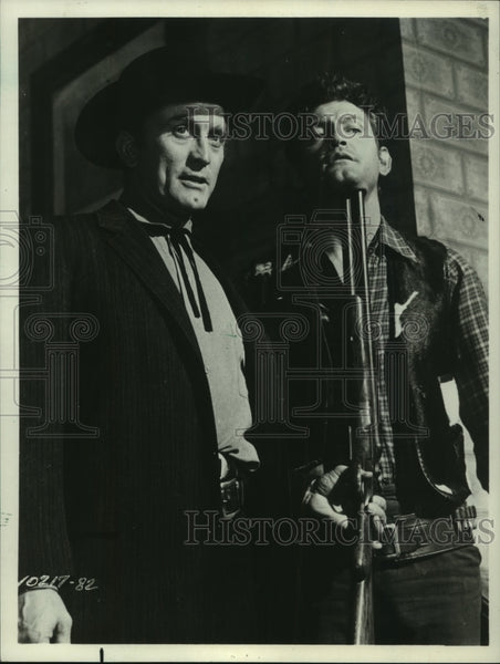 1965 Press Photo Kirk Douglas and Earl Holliman in Last Train from Gun Hill - Historic Images