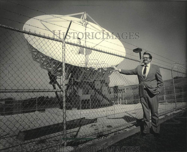1984 Press Photo Manager James Gorek shown with earth station antenna - Historic Images