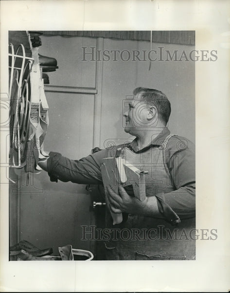 1972 Tom Palmer Checks over rack inner linings - Historic Images