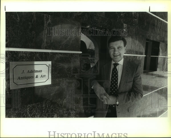 1989 Press Photo Jay Adelman, Antiques and Art Dealer at Office Building - Historic Images
