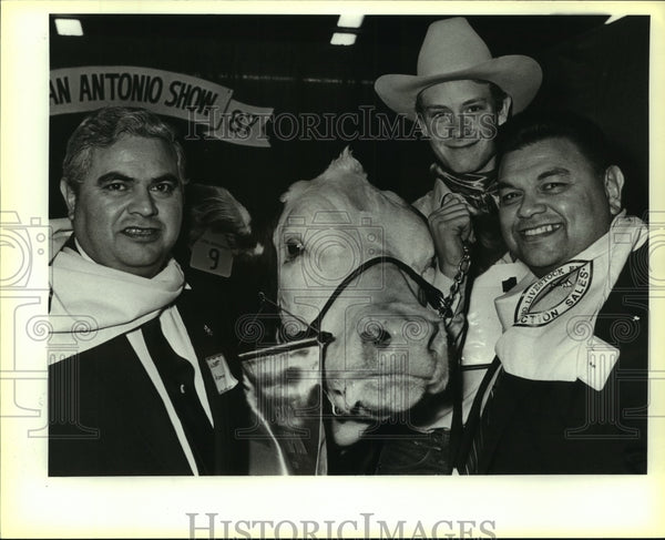 1987 Press Photo Albert Aleman at Auction Barn with Grand Champion Steer - Historic Images