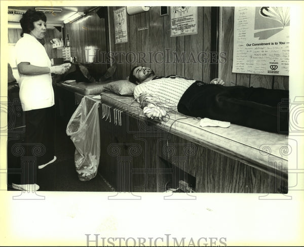1988 Press Photo Francisco Barbozo at South Texas Regional Blood Bank - Historic Images