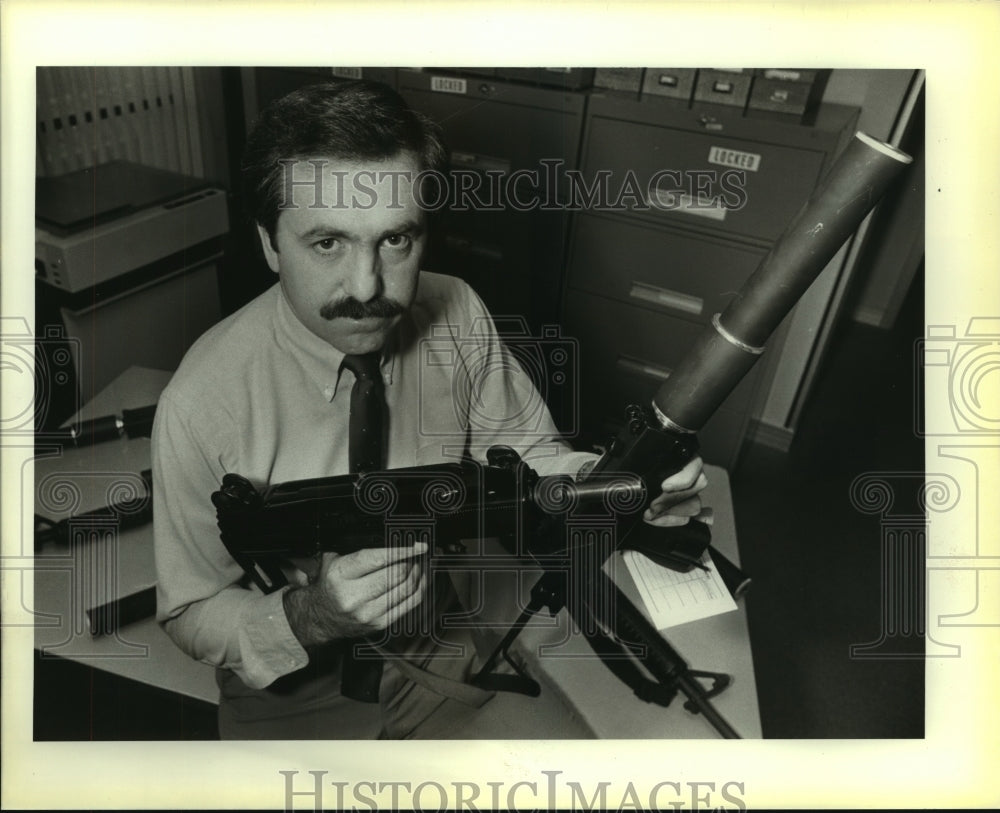 1984 Press Photo FBI Agent Stewart Allen of San Antonio at Federal Building - Historic Images