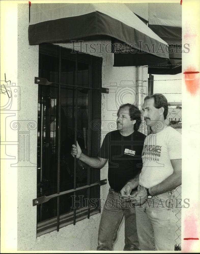 1988 Press Photo Tom Achilles at Century Music Store with Dale Mader - saa00827 - Historic Images