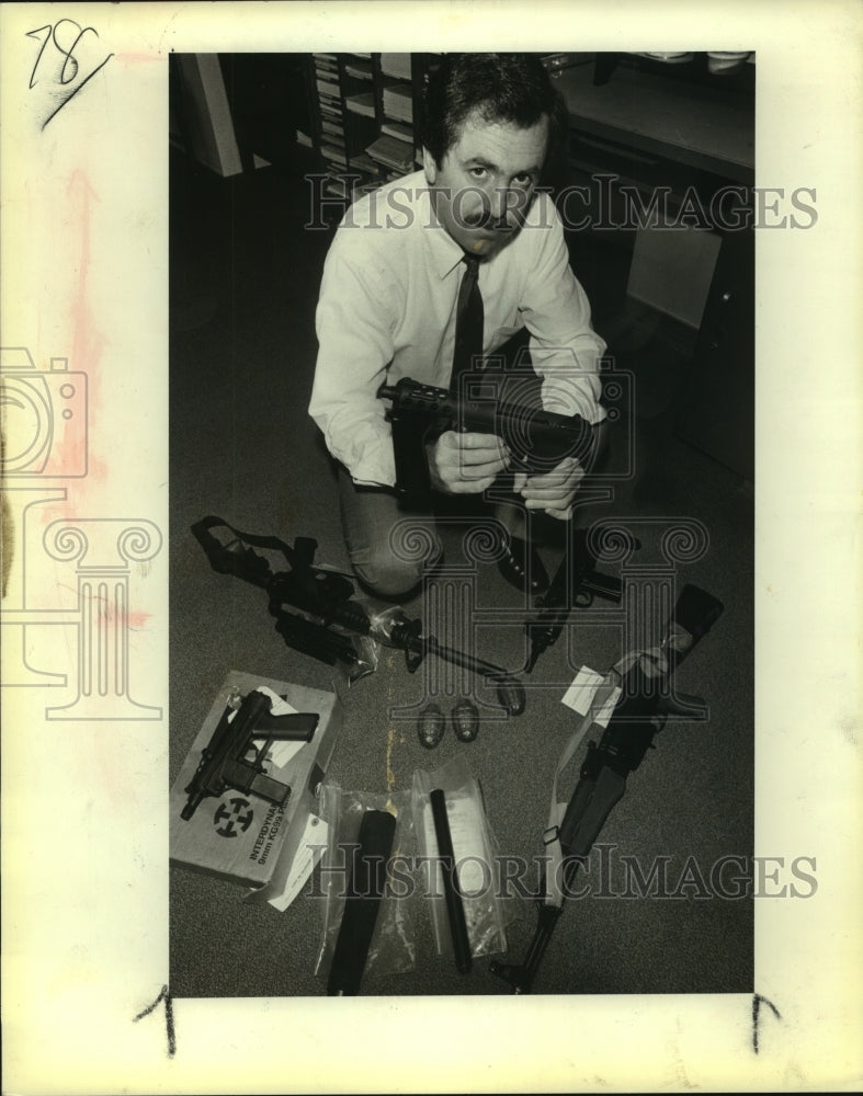 1984 Press Photo San Antonio Special Agent Stewart Allen with Illegal Firearms - Historic Images