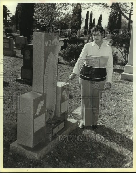 Press Photo Refugia Acosta Alonso in Our Lady of Guadalupe Cemetery - saa00945 - Historic Images