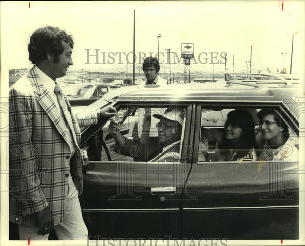 1978 Press Photo Explorer Olympics officials at Ancera Winston Chevrolet - Historic Images