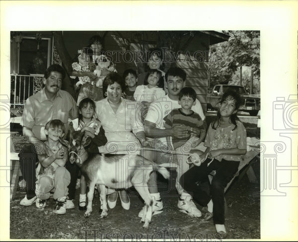 Press Photo The Altamirano family gathers for a portrait - saa01051 - Historic Images