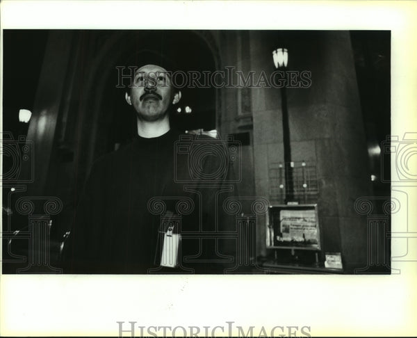 1992 Press Photo USSI computer technician Luis Alonzo - saa01052 - Historic Images