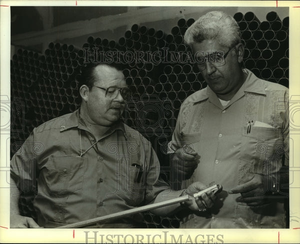 "1985 Press Photo Inventor Jack Alton, Louis A. Marotta with the ""Reach-it"" tool - Historic Images"