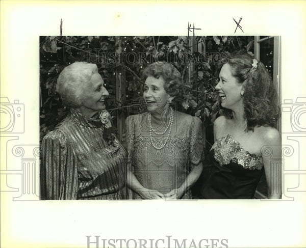 1987 Press Photo Queen's Garden Party attendees at Ames home - saa01099 - Historic Images