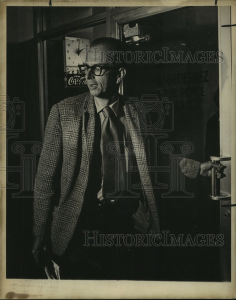 1975 Press Photo Basil Archey enters a building - saa01140 - Historic Images