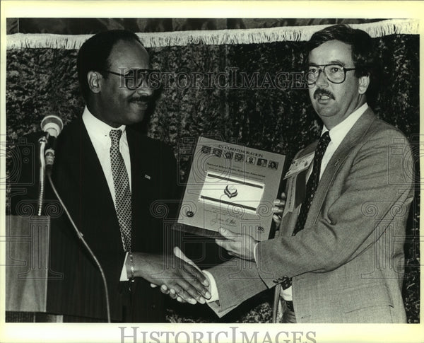 1987 Press Photo NASA official Robert W. Brown and NSPRA president Lew Armistead - Historic Images