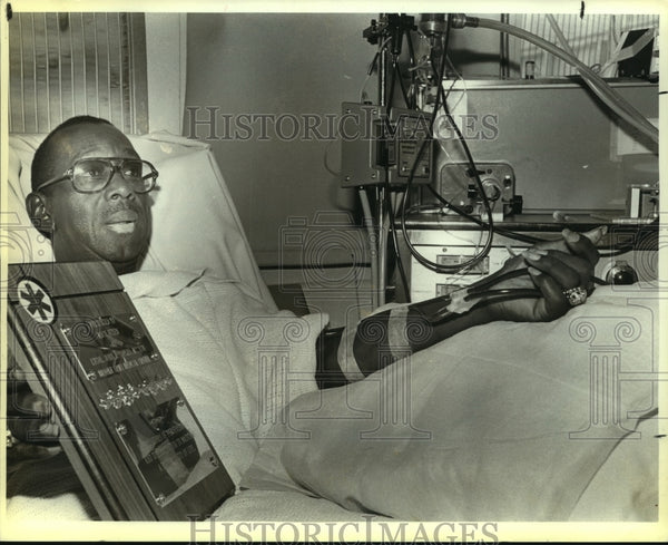 1985 Press Photo Dialysis patient Mack Allen with his BAMC plaque - saa01428 - Historic Images