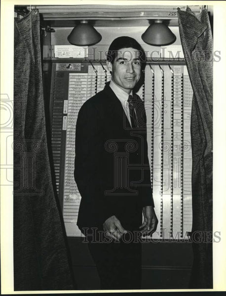 1986 Press Photo Texas attorney general candidate Roy Barrera Jr. votes - Historic Images