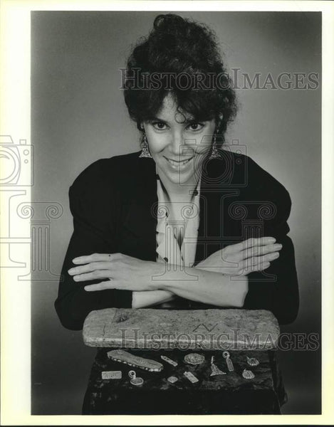 1988 Press Photo Linda Booth with a silver ingot from a Spanish shipwreck - Historic Images