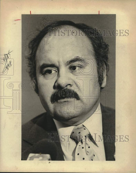 1982 Press Photo Tony Bonilla at a convention center press conference - Historic Images