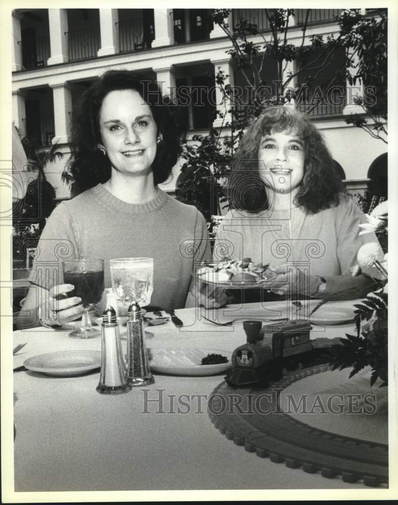 1990 Press Photo Alison Boone, Sally Baxnton, Project ABC luncheon tasting - Historic Images