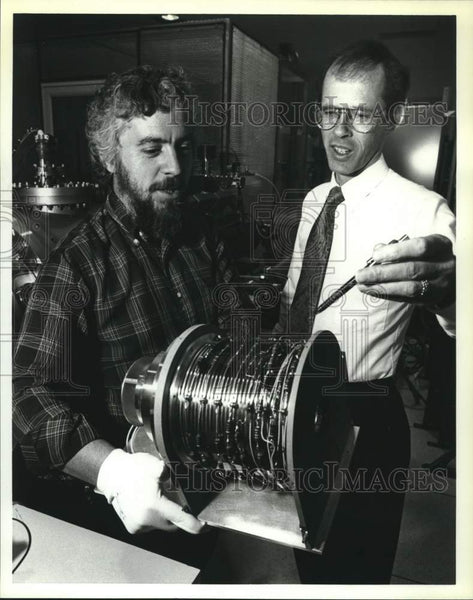 1990 Press Photo Dave Young and Thomas Booker with Mariner Mark III prototype - Historic Images