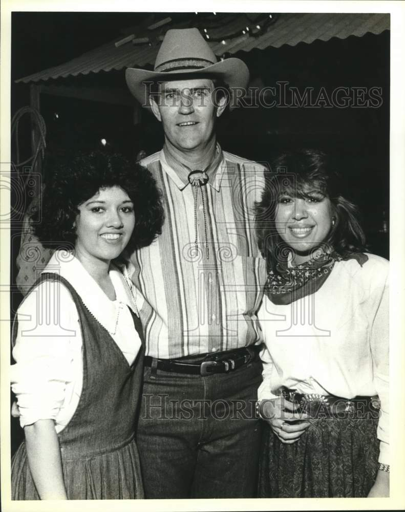 1990 Press Photo YMCA annual Wild West Benefit at Clyde Johnson Ranch attendees - Historic Images