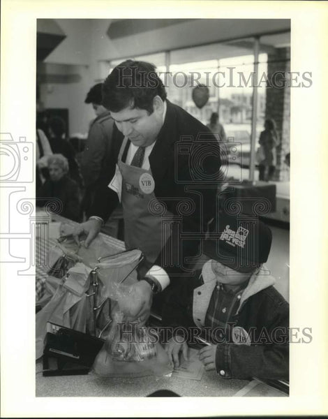 1989 Press Photo San Antonio assistant city manager Rolando Bono and son Sammy - Historic Images