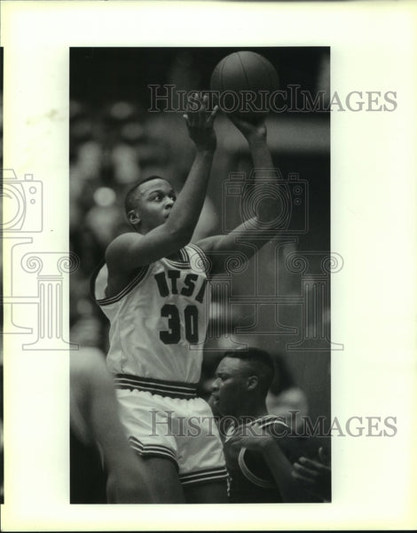 1989 Press Photo #30 Dion Pettus against Centenary 1st half, Basketball - Historic Images