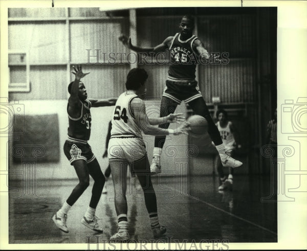 1983 Press Photo Sam Houston High School Basketball Players at Game - sas06864 - Historic Images