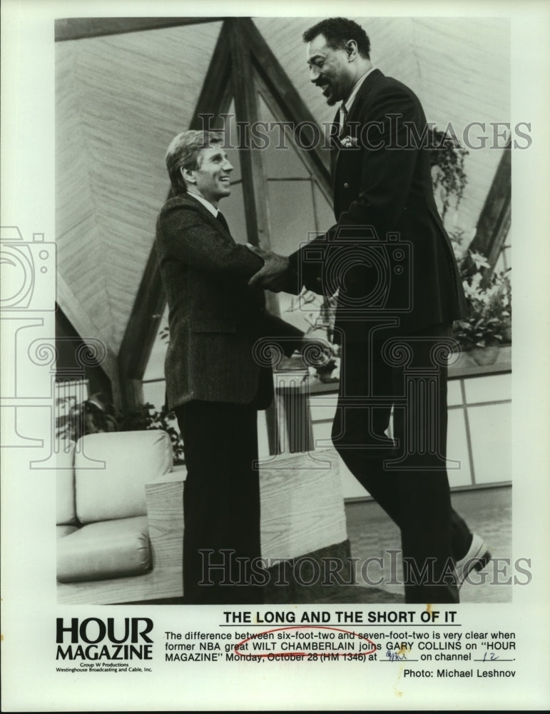 Press Photo TV host Gary Collins with basketball great Wilt Chamberlain - Historic Images