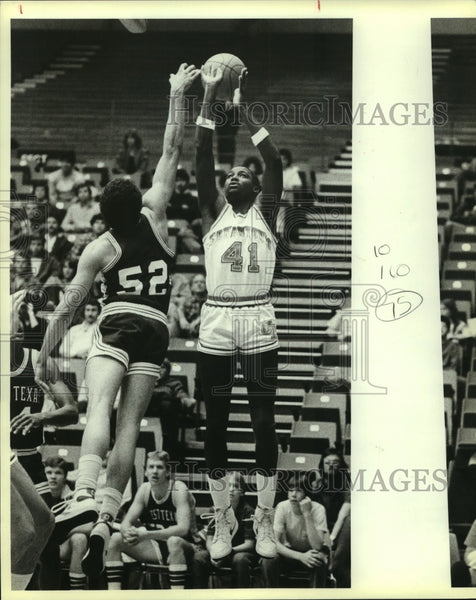 1984 Press Photo San Antonio and West Texas College Basketball Players at Game - Historic Images