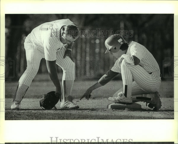 1989 Press Photo Bandera High baseball coach Earl Byerley and Casey Trenkelbach - Historic Images