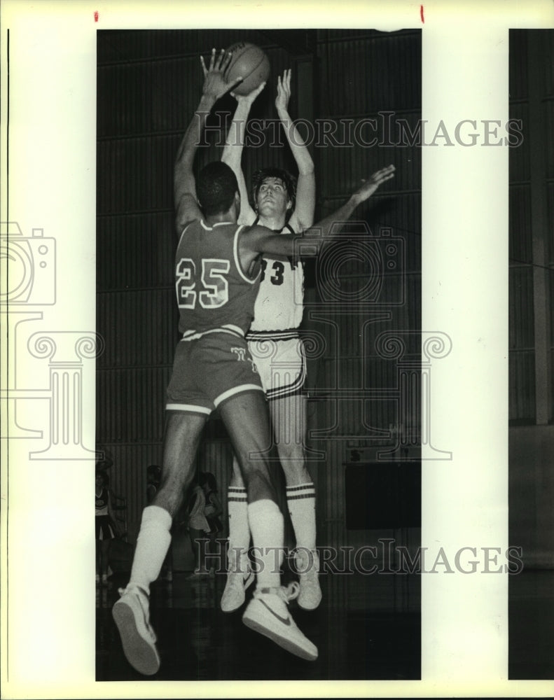 1985 Press Photo Marshall and Roosevelt play boys high school basketball - Historic Images
