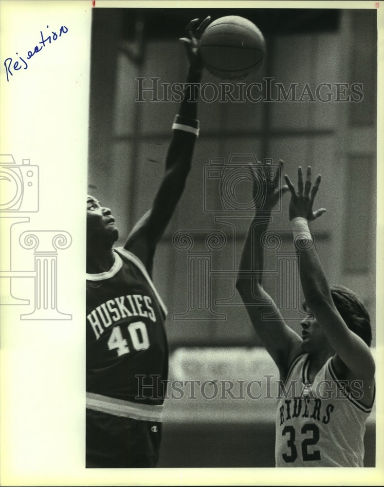 1984 Press Photo Holmes and Roosevelt play boys high school basketball - Historic Images