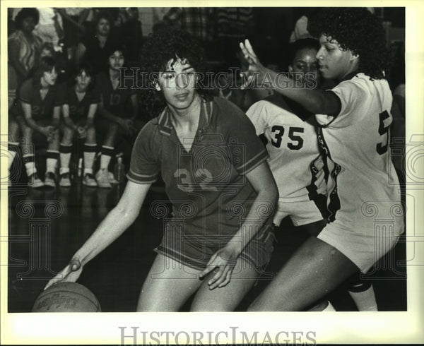 1984 Press Photo McCollum and Highlands play girls high school basketball - Historic Images