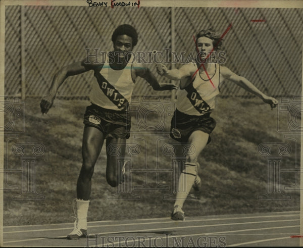 1975 Press Photo Highlands Track Relay Runners Benny Goodwin and Doug Seals - Historic Images
