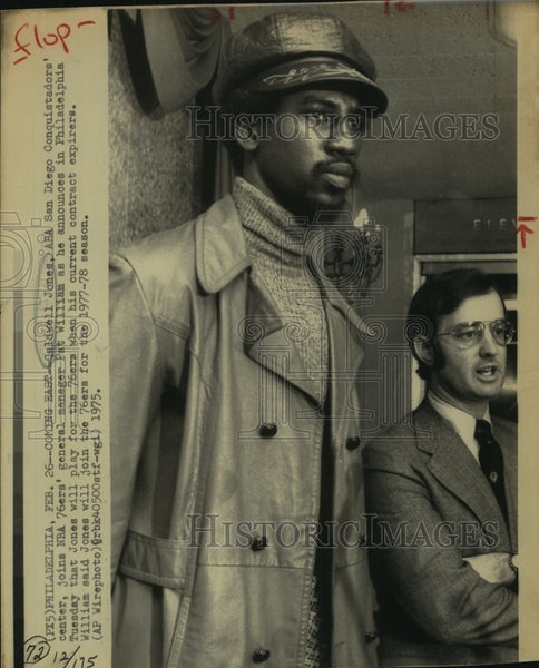 1975 Press Photo Caldwell Jones, 76ers Basketball Player with Manager - Historic Images