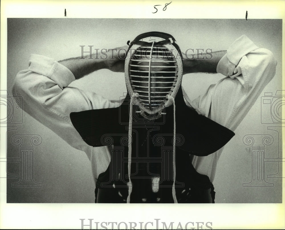 1987 Press Photo H. Winslow Swart, Kenseido Martial Artist in Kendo Mask - Historic Images