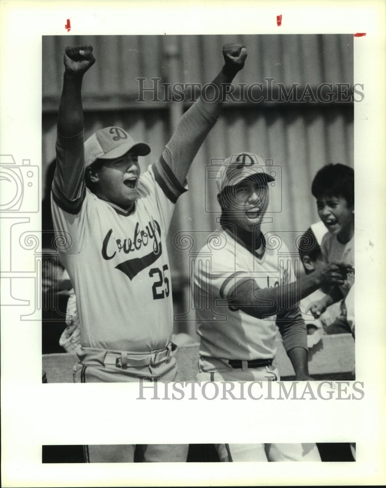 1991 Press Photo D'Hanis High baseball players celebrate in the dugout - Historic Images
