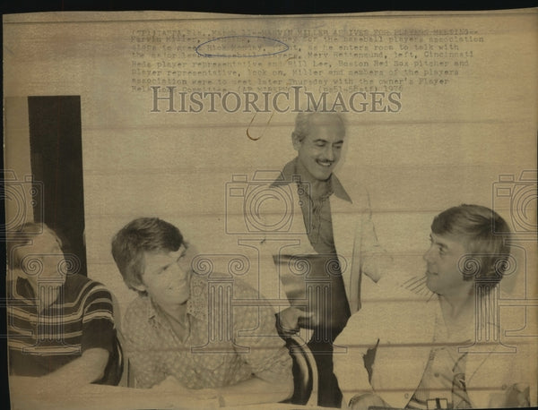 1976 Press Photo Baseball players union attorney Marvin Miller with players - Historic Images