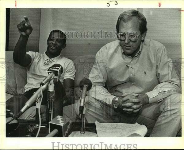 1988 Press Photo Spurs basketball player Alvin Robertson with his agent - Historic Images