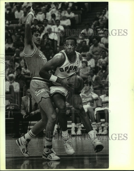 1988 Press Photo King Randy Wittman and Spur Alvin Robertson play NBA basketball - Historic Images