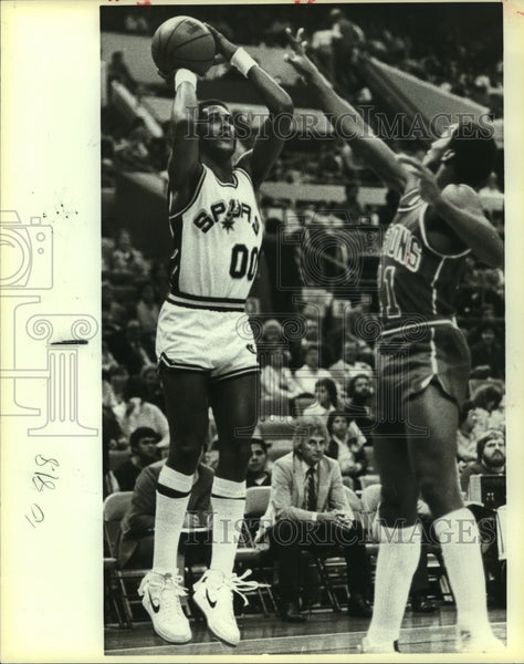 1983 Press Photo Johnny Moore, Spurs Basketball Player at Game - sas13642 - Historic Images