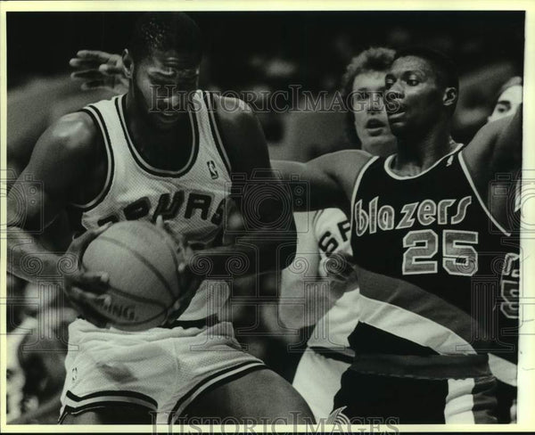 1988 Press Photo Spur Mike Mitchell and Blazer Jerome Kersey play NBA basketball - Historic Images