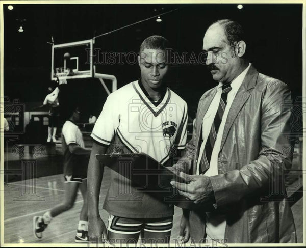 1986 Press Photo Fox Tech High boys basketball coach Roland Lopez and player - Historic Images