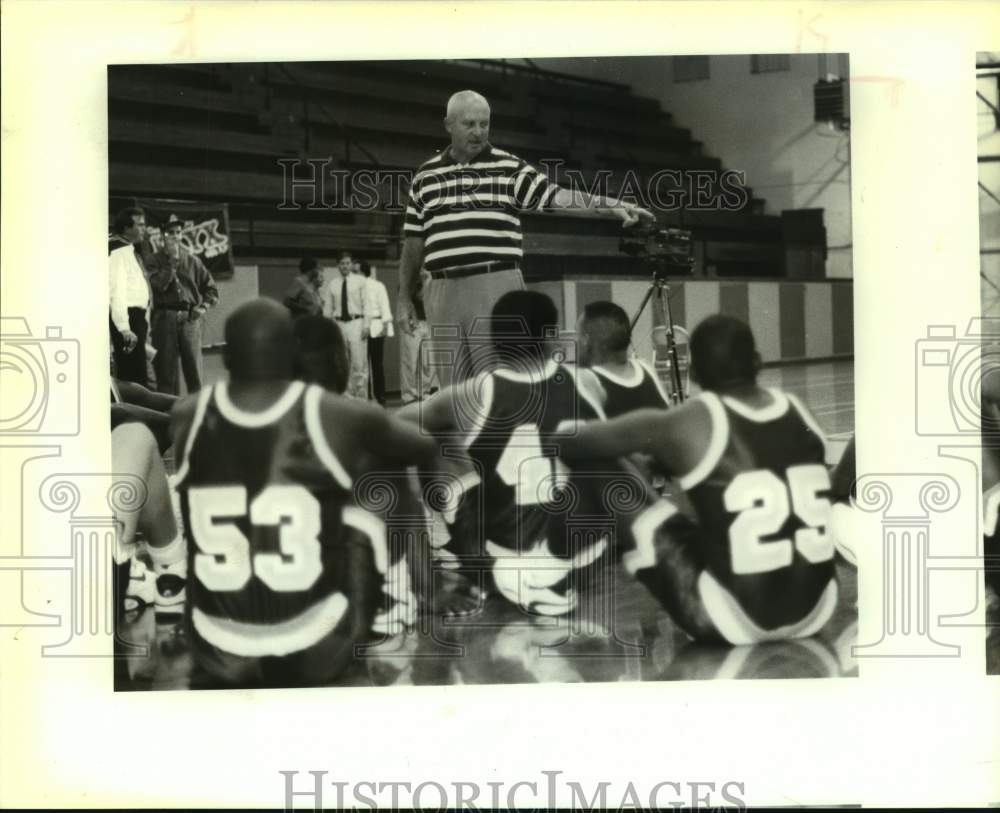 1992 Press Photo Buddy Myers talks to the St. Mary's University basketball team - Historic Images