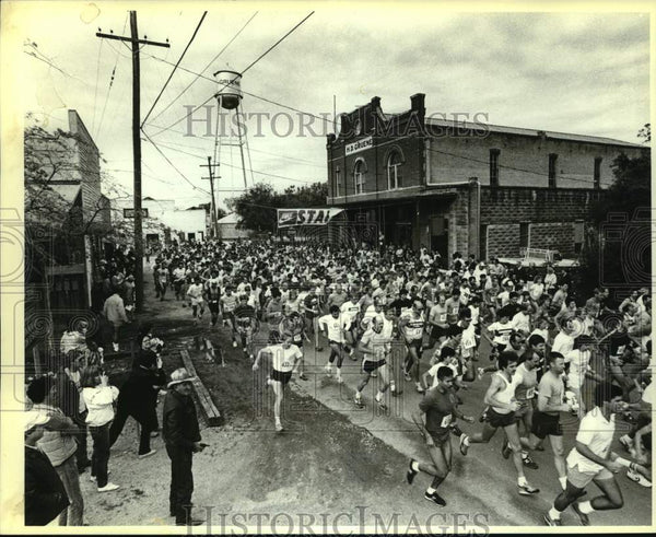 Press Photo The start of the Hill Country 10k run in Guene, Texas - sas14359 - Historic Images