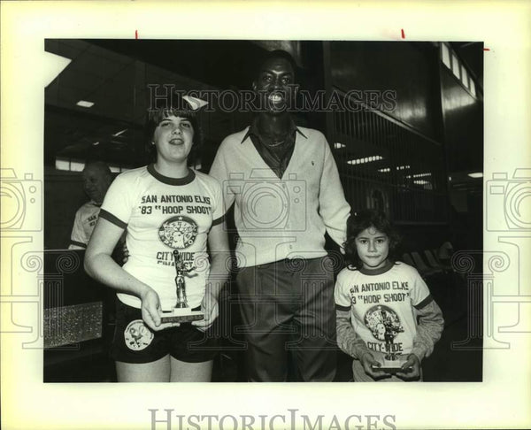 1983 Press Photo San Antonio Spurs basketball player Oliver Robinson with kids - Historic Images
