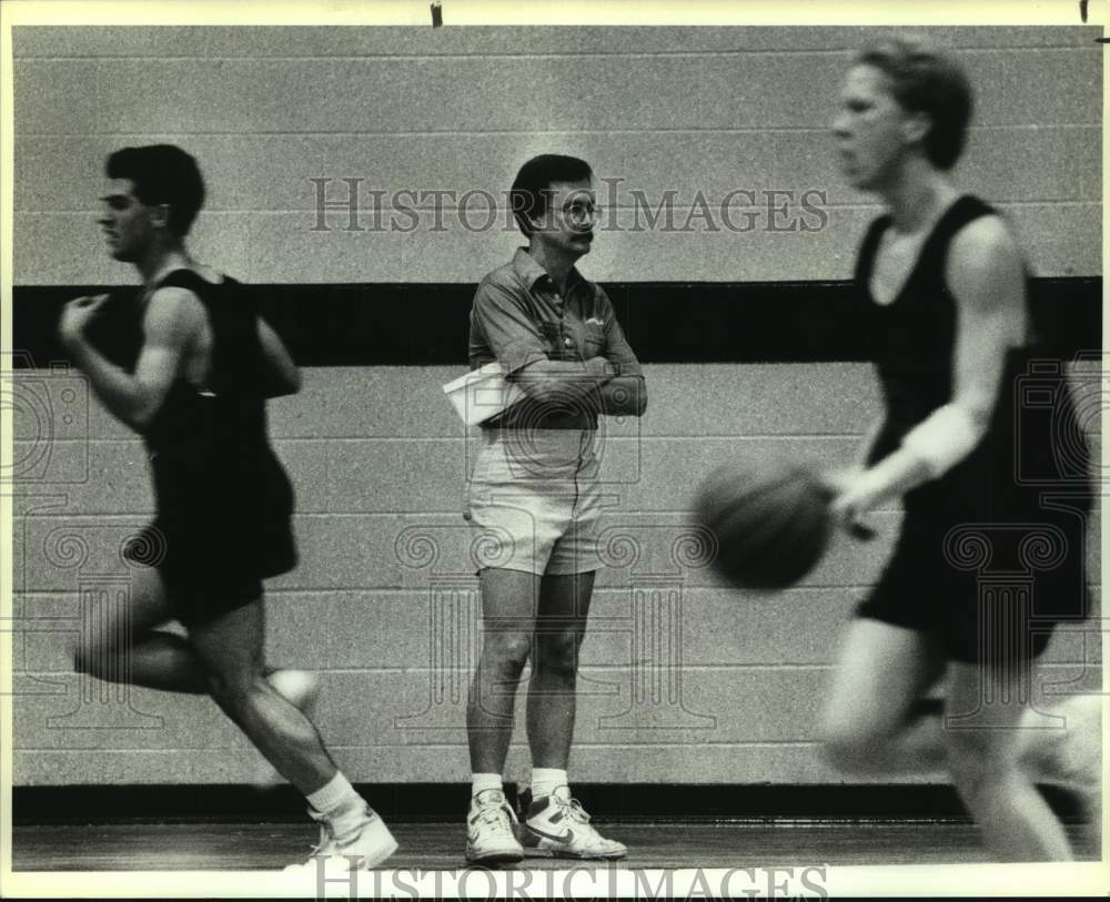 1990 Press Photo Madison High boys basketball coach Bill Shaw and players - Historic Images