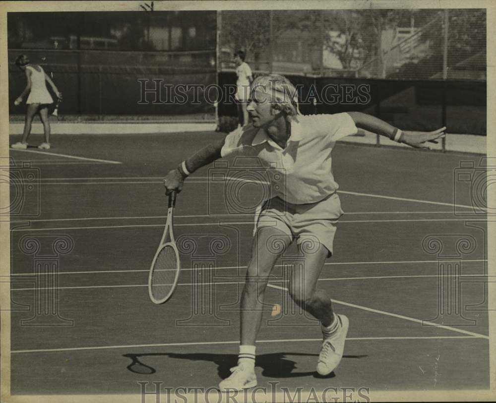 1975 Press Photo Tennis player John Newman, winner over 35 singles and doubles - Historic Images